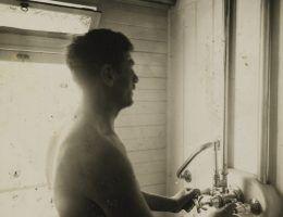 Prysznic w polskim wagonie rajdowych. Fotografia Henryka Poddębskiego z 1937 roku.