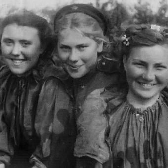 Radzieckie snajperki w chwili wytchnienia. W środku Roza Szanina (fot. materiały prasowe wydawnictwa Znak Horyzont)