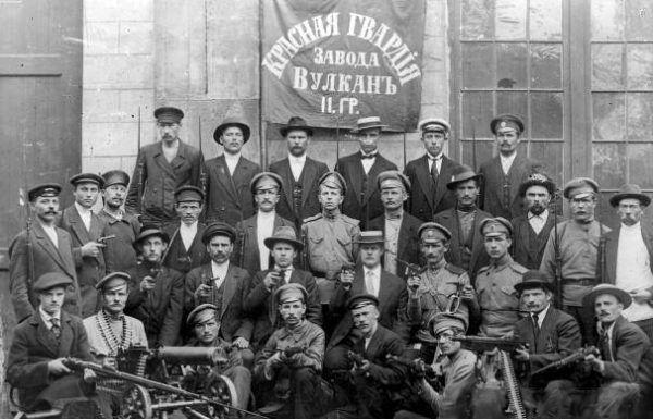 Do walki ruszyły wierne bolszewikom oddziały Czerwonej Gwardii.