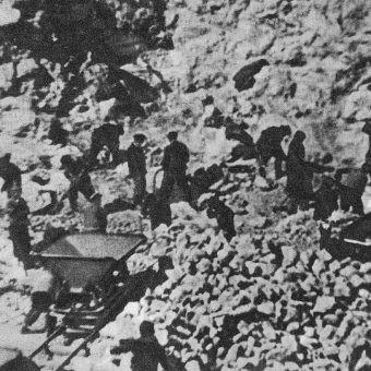 Więźniowie obozu janowskiego we Lwowie przy pracy