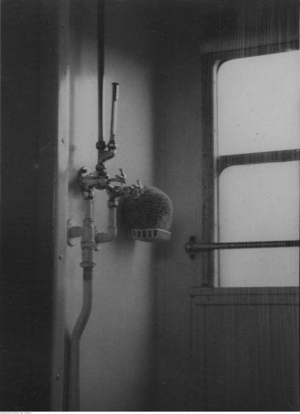 Wnętrze łazienki w wagonie kąpielowym. Fotografia Ilustrowanego Kuryera Codziennego