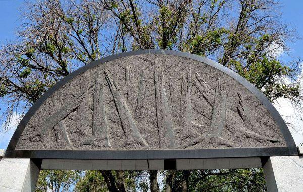O tym, co w historii bolesne należy zawsze pamiętać. Na zdjęciu strzaskany las symbolizujący zagładę narodu żydowskiego na Pomniku Umschlagplatz w Warszawie.
