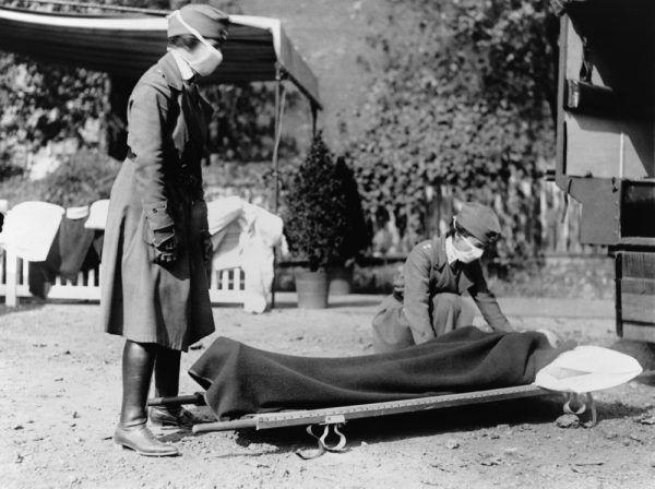 Grypa szybko rozprzestrzeniła się poza Fort Riley. Na zdjęciu dwie pielęgniarki podczas pandemii grypy (1918).