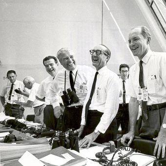 Czołowymi współtwórcami programu kosmicznego USA byli nazistowscy uczeni, którym puszczono w niepamięć zbrodnie. Na zdjęciu m.in. von Braun w amerykańskim centrum kontroli lotów.