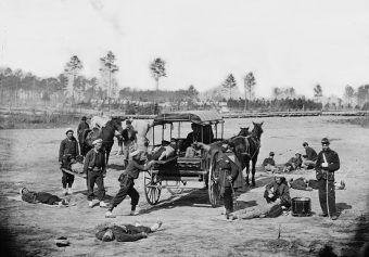 Choroba zbierała śmiertelne żniwo na wielu wojnach. Na zdjęciu karetka- zaprzęg konny w czasie wojny secesyjnej.