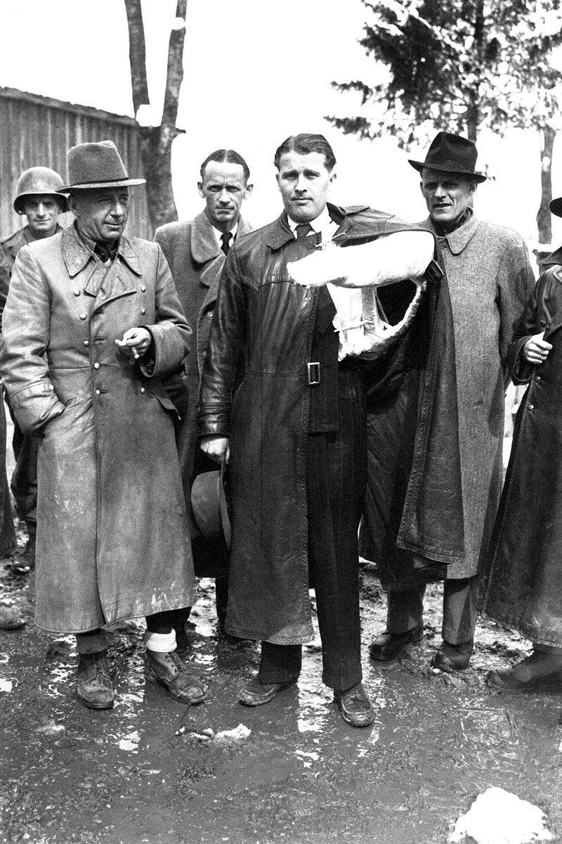 """Walter Dornberger był """"ojcem"""" programu rakietowego III Rzeszy. Po wojnie pracował w USA, głównie dla firmy Bell Aircraft Corporation. Na zdjęciu z von Braunem w 1945 roku."""