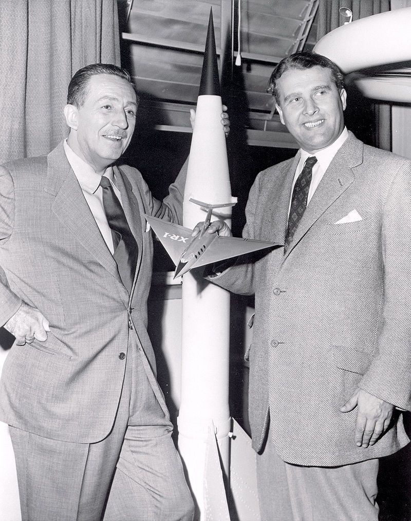 Walt Disney i von Braun w 1954 roku przy modelu statku pasażerskiego. Niemiecki uczony wystąpił także w jego programie, który osiągnął milionową oglądalność w USA.
