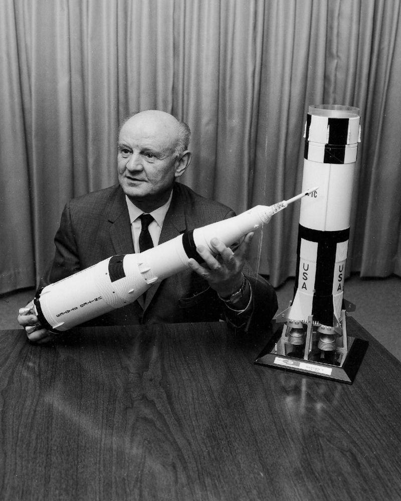 Artur Rudolph pokazujący model Saturna V, przy którym wspópracował z von Braunem. Początkowo Amerykanie nie mieli do niego zaufania, ale przymknęli oko na jego przeszłość.