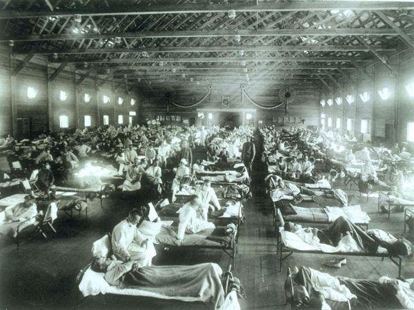 Grypa hiszpanka uderzyła w trakcie I Wojny Światowej. Na zdjęciu oddział pierwszej pomocy w Fort Riley w Kansas (USA).