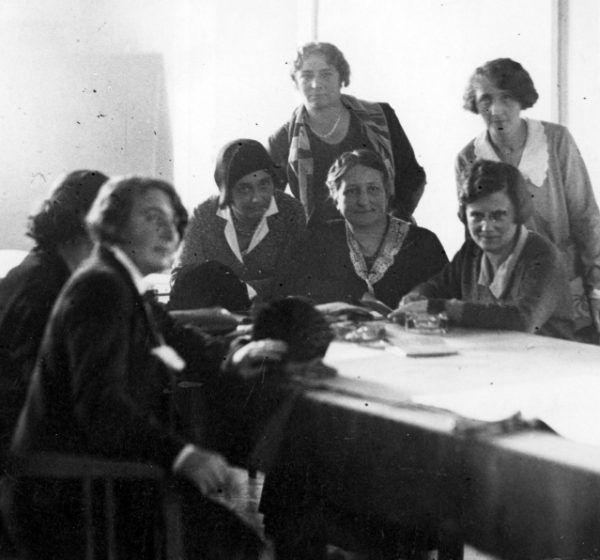 Grupa posłanek w kuluarach sejmu. Fotografia z 1930 roku