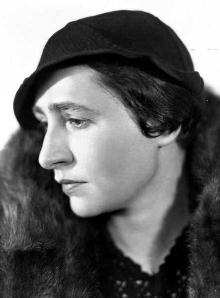 Irena Krzywicka na fotografii portretowej sprzed wojny