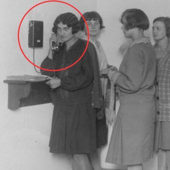 Kolejka do telefonu w damskim akademiku. Fotografia z 1927 roku