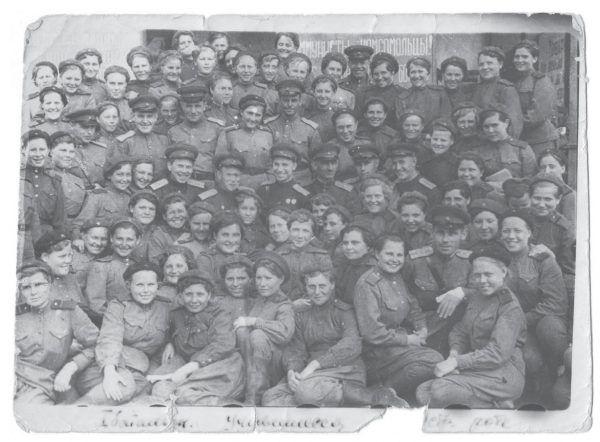 Kursantki szkoły snajperów wraz z instruktorami (fot. materiały prasowe wydawnictwa Znak Horyzont)