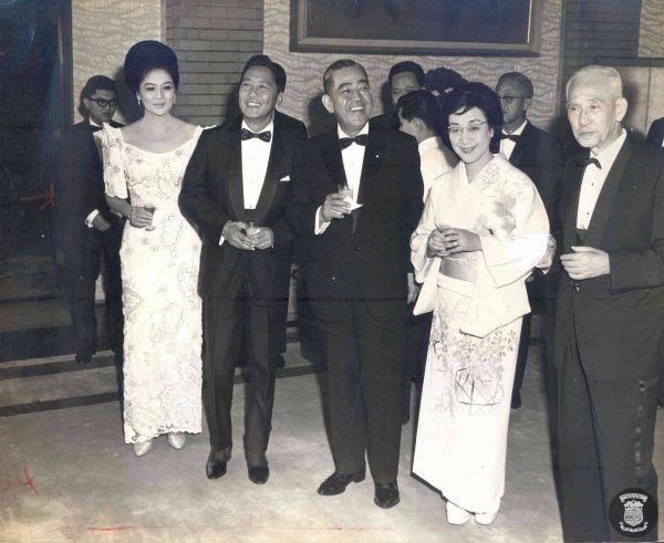 Marcosowie z japońskim premierem i jego żoną. Imelda pierwsza z prawej (fot. domena publiczna)