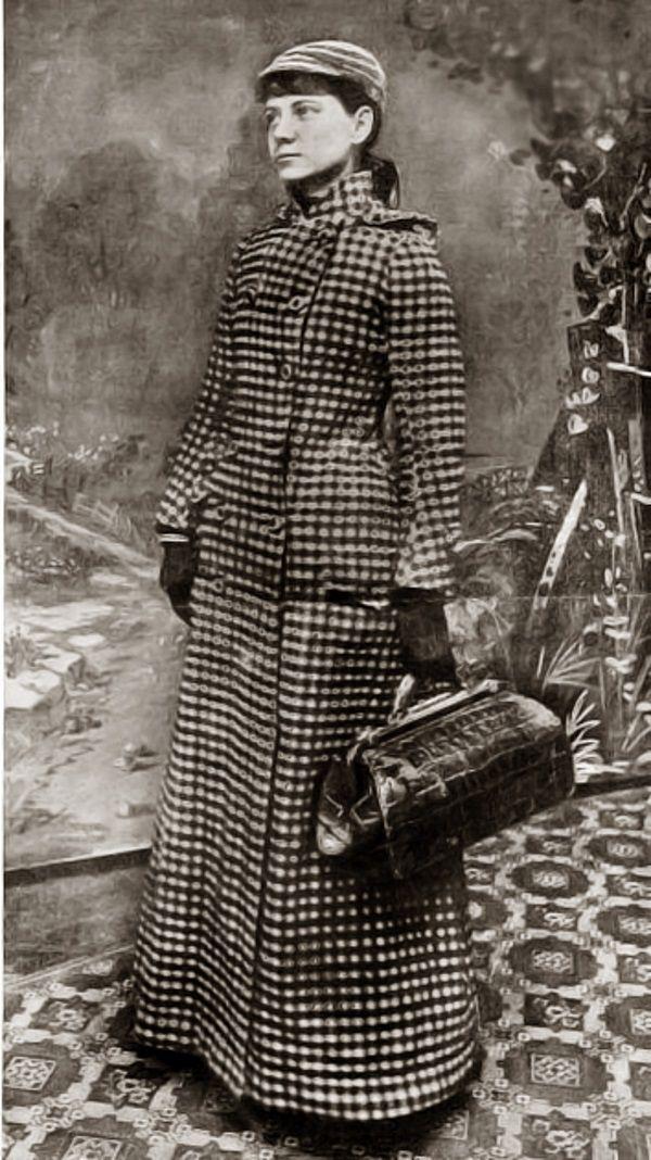 Nellie Bly w stroju podróżnym (fot. domena publiczna)