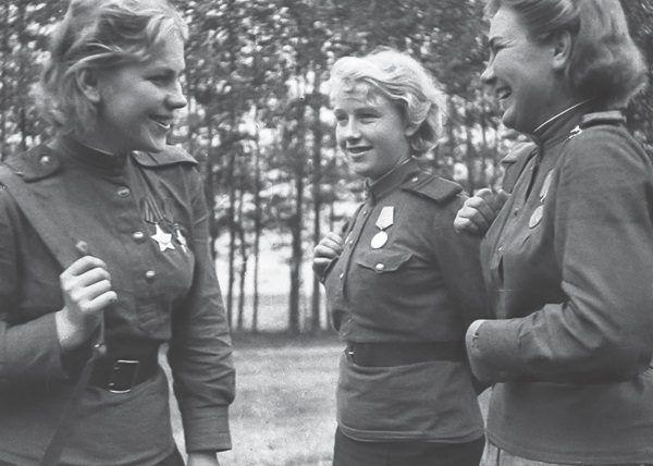 Pierwsza z lewej jedna z najsłynniejszych radzieckich snajperek Roza Szanina (fot. materiały prasowe wydawnictwa Znak Horyzont)