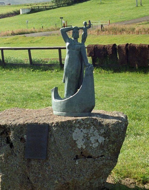 Pomnik Gudrid i Snorriego w Glaumbær na Islandii (fot. domena publiczna)