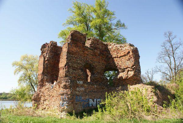 Pozostałość wieży obronnej zamku w Złotorii. Fotografia współczesna