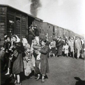 Transport Żydów z siedleckiego getta do obozu w Treblince (fot. domena publiczna).