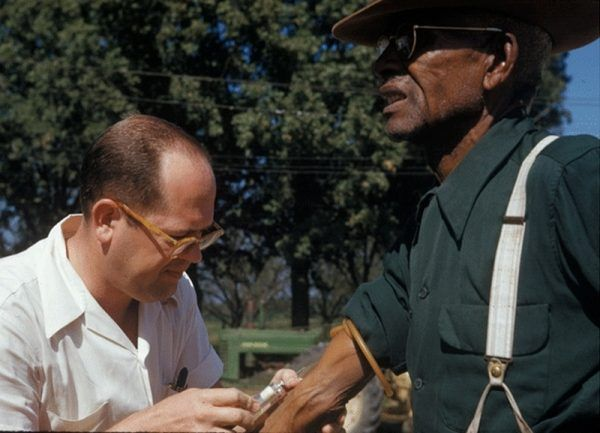 Lekarz podaje placebo jednemu z mieszkańców Tuskegee.