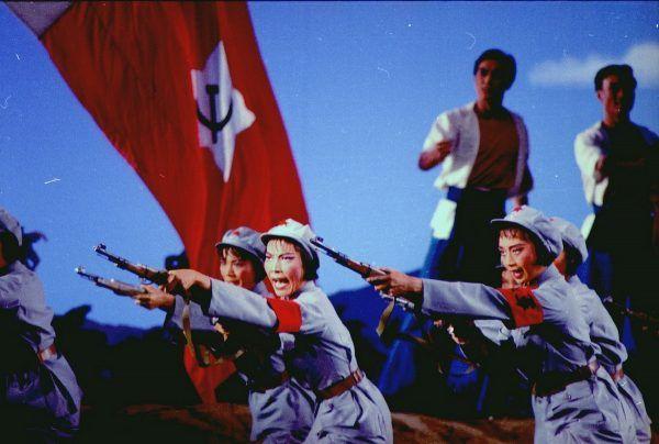 """Katastrofa jaką okazała się polityka Wielkiego skoku spowodowała chwilowe odsunięcie Mao na boczny tor. Jednak nie na długo. W latach 60. wrócił z hasłem Wielkiej Proletariackiej Rewolucji Kulturalnej. Na zdjęciu scena baletowa z """"opery rewolucyjnej"""", która miała zastąpić tradycyjną chińską operę."""