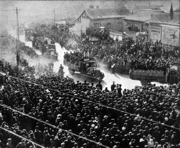 Mao liczył, że wysłanie na wieś dziesiątek milionów ludzi sprawie, że Chiny prześcigną poziom produkcji Wielkiej Brytanii. Tak się nie stało, a polityka Wielkiego skoki spowodowała największą klęskę głodu w historii ludzkości.
