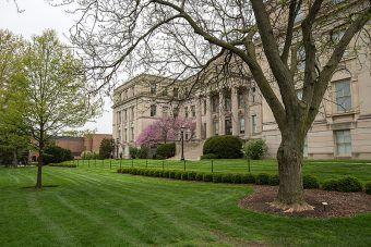"""Eksperyment """"Monster Study"""" przeprowadzono z ramienia Uniwersytetu Iowa (na zdjęciu College of Liberal Arts & Sciences)."""