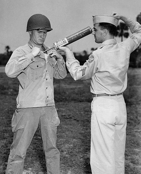 """Tyfus nazywany był """"gorączką obozową"""" czy """"gorączką więzienną"""". Na zdjęciu żołnierze Amerykańscy w trakcie użytkowania sprzętu do likwidacji populacji wszy przenoszących tyfus."""