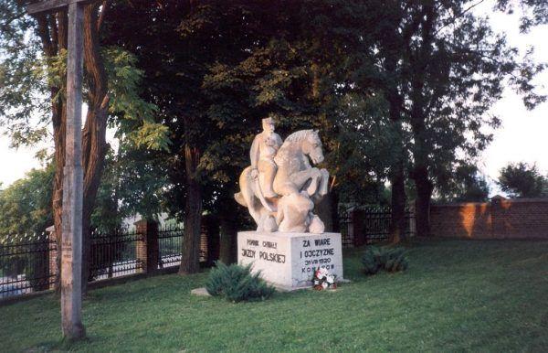 W Komarowie znajduje się pomnik upamiętniający zwycięstwo Polaków.
