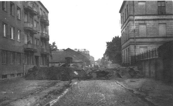 Ks. Antoni Czajkowski nie tylko walczył w powstaniu warszawskim, ale w pewnym momencie przejął dowództwo nad oddziałem. Na zdjęciu powstańcza barykada na skrzyżowaniu ulic Żytniej i Karolkowej.