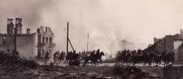 Wielkopolska Brygada Kawalerii była wielką jednostką kawalerii Wojska Polskiego II RP. Tylko chwilowo nie miała ona kapelanów, szybko zgłosili się księża ochotnicy. Na zdjęciu WBK w galopie przez Sochaczew (1939).