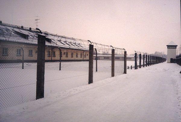Zatrzymani przez Niemców księża nie trafiali do obozów jenieckich z resztą żołnierzy, ale wysyłano ich do obozów koncentracyjnych. Na zdjęciu bloki dla więźniów w obozie KL Dachau, ogrodzenie i wieża strażnicza (stan współczesny).
