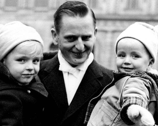 Olof Palme (na zdjęciu z dziećmi) został śmiertelnie postrzelony w 1986 roku. Mimo ogromnego wysiłku policji, do dziś okoliczności zamordowania szwedzkiego premiera nie zostały wyjaśnione.