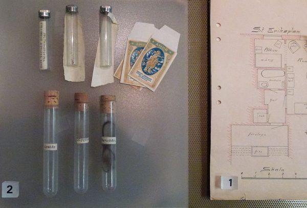 """Mimo kilku podejrzanych i bardzo długiego śledztwa, do dziś nie udało się rozwikłać sprawy """"Wampira z Atlasu"""". Na zdjęciu fragment wystawy w Muzeum Policji w Sztokholmie (plan mieszkania ofiary i próbki dowodowe)."""