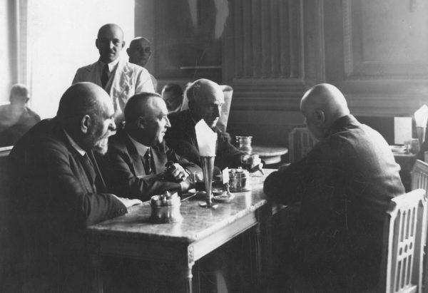 """Stefan Maciejowski swojego zamiłowania do """"czekuladki"""" omal nie przypłacił aresztowaniem przez Niemców. Na zdjęciu goście jednej z przedwojennych warszawskich cukierni."""