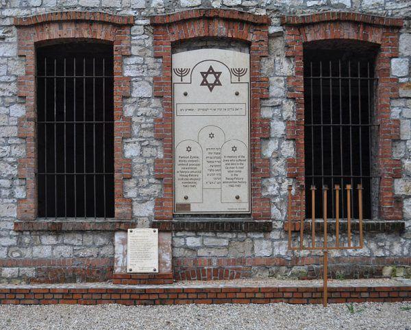 Ukrywający się w lasach siekierzyńskich Żydzi byli uciekinierami z niemieckiego obozu pracy w Skarżysku-Kamiennej, będącego filią koncernu zbrojeniowego HASAG. Inna filia koncernu znajdowała się w Częstochowie.