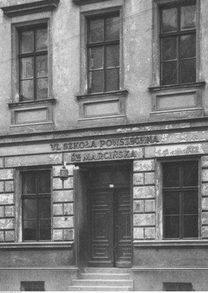 Fasada jednej z przedwojennych szkół powszechnych w Poznaniu. Ilustracja poglądowa.