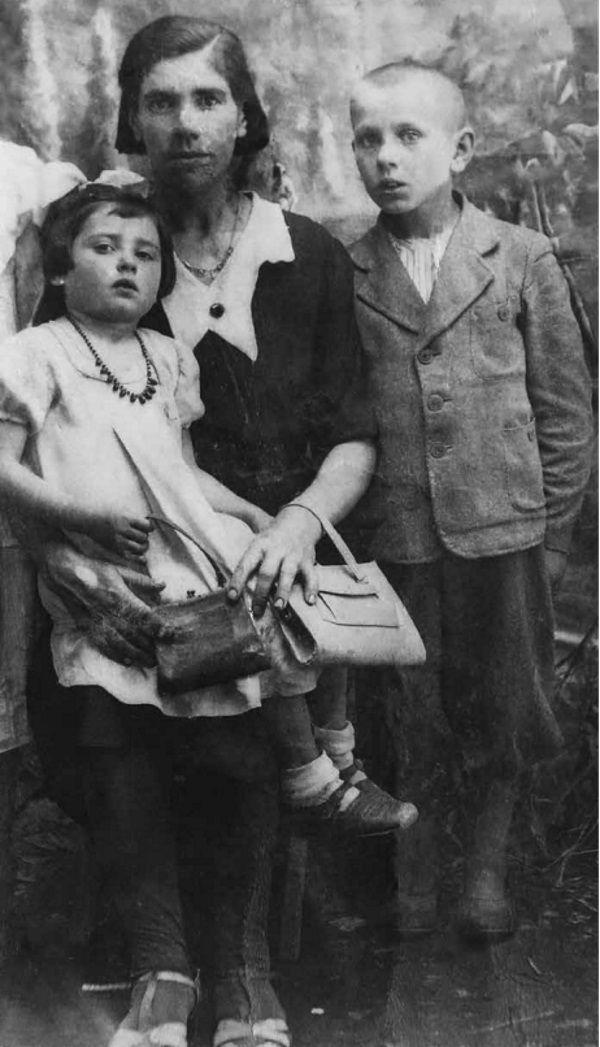 Józefa Bryg na zdjęciu z mamą i bratem (fot. materiały prasowe wydawnictwa Znak Horyzont)