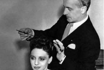 Mistrz fryzjerów Antoine Cierplikowski przy pracy (fot. materiały prasowe wydawnictwa Znak Horyzont)