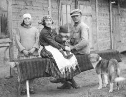 Na zdjęciu osadnik wojskowy z rodziną (fot. materiały prasowe wydawnictwa Znak Horyzont)