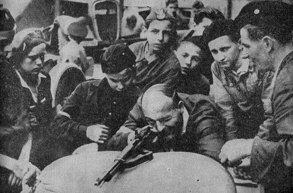 Posiadanie broni na początku sierpnia '44 było powodem do dumy. Na zdjęciu najmłodsi uczestnicy powstania podczas nauki strzelania.