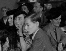 Goście jeden z krakowskich kawiarni. Zdjęcie z 1941 roku.
