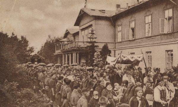 Procesja w Spale w 1935 roku. Albert Dryjski twierdził, że polscy froteryści chętnie bywają właśnie na takich uroczystościach religijnych