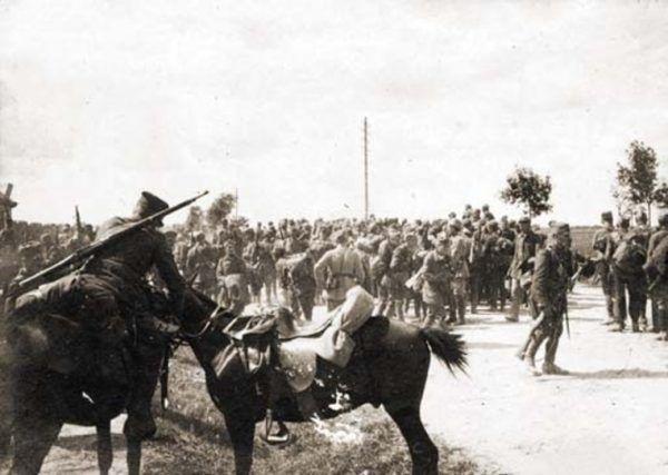 Polskie oddziały od zdobycia Kijowa stopniowo się wycofywały. Bitwa warszawska na północy i pod Komarowem na południu zahamowały złą passę. Na zdjęciu 3 Armia.