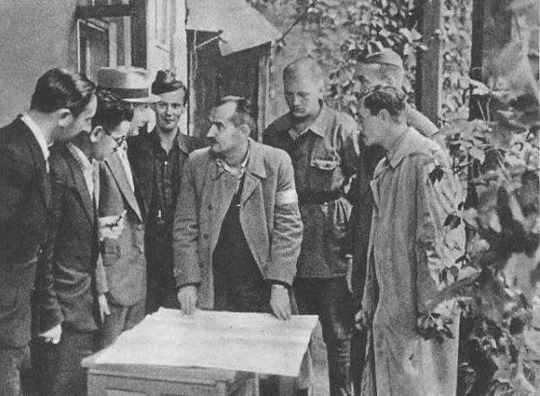 """Sytuację powstałą w wyniku działań """"Sępa"""" próbował uporządkować dowódca odcinka, kapitan """"Kryska"""", czyli Zygmunt Netzer (drugi z prawej)."""