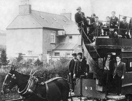 Zatłoczony tramwaj. Idealne miejsce dla froterystów. Fotografia Ilustrowanego Kuryera Codziennego z 1930 roku