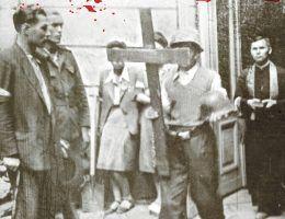 """Powstańcom Warszawskim towarzyszyli liczni księża, służąc przede wszystkim wsparciem duchowym. Jeden z nich jednak postanowił walczyć z bronią w ręku. Fragment okładki książki """"Duch 44"""" Stanisław Zasady."""