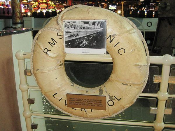 Replika koła ratunkowego umieszczonego na Titanicu, wykonana na potrzeby filmu J. Camerona.