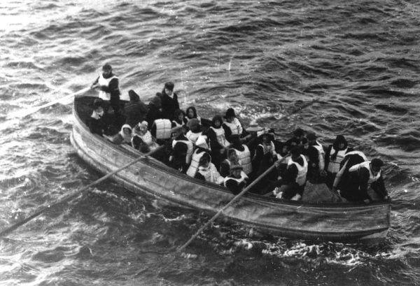 Jedna z szalup z dryfującymi rozbitkami. Większość pasażerów nie miała jednak tyle szczęścia.