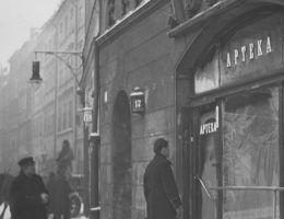 Żrące, śmiertelnie niebezpieczne substancje można było kupić w dowolnej aptece, a nawet w przygodnym składzie handlowym. Na fotografii warszawska apteka, 1938 rok.